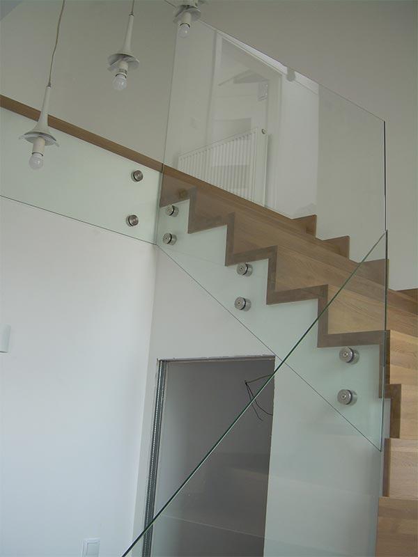Elegancka szklana balustrada schody