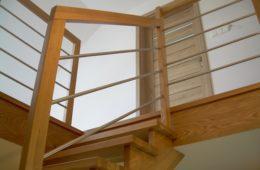Balustrada dębowo-chromoniklowa w podkarpackim domu
